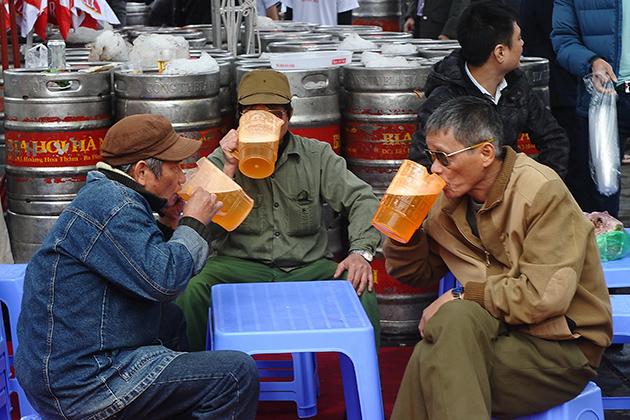 Drink Bia Hoi Hanoi like a local