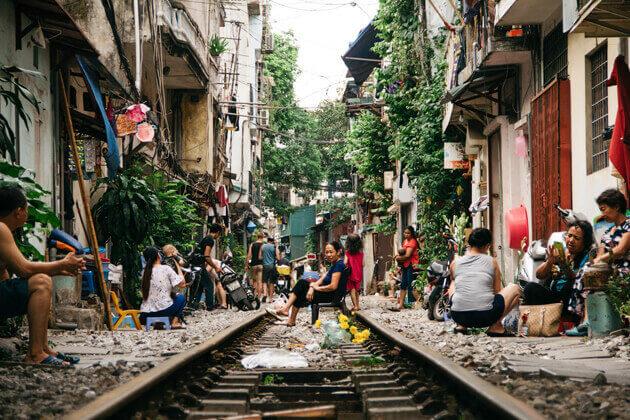 Undergo life beside the track of Hanoi