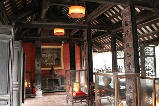 Van Van Ancient house in Bat Trang Village