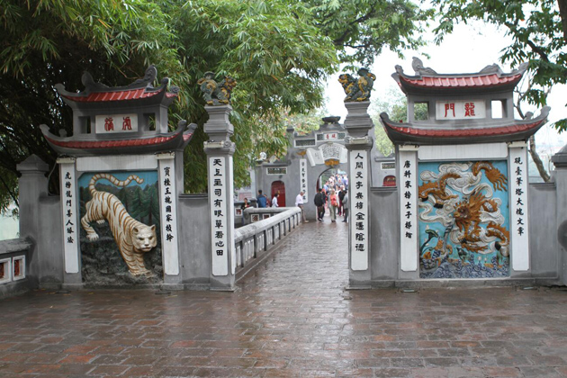 ngoc son temple gate